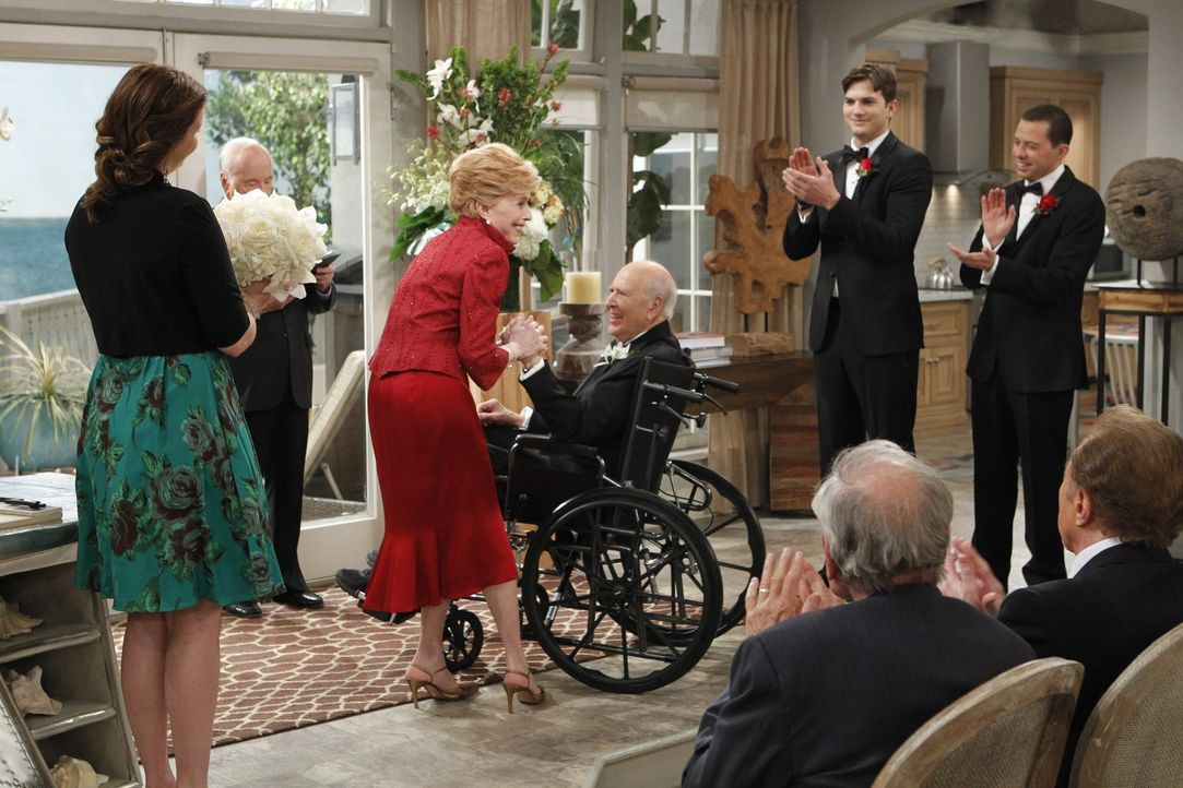 Am Tag der Hochzeit von Evelyn (Holland Taylor, 3.v.l.) und Marty (Carl Reiner, 4.v.l.) ist die Atmosphäre herzlich und entspannt, und selbst Walden... - Bildquelle: Warner Brothers Entertainment Inc.