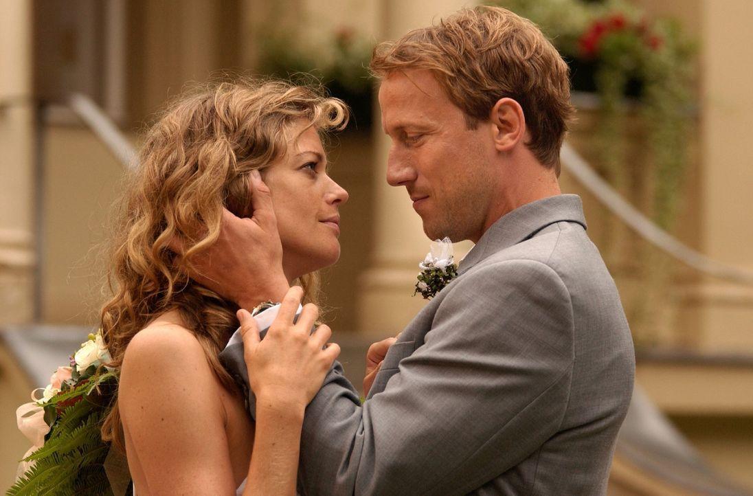 Rosemarie (Marie Bäumer, l.) will Peter (Wotan Wilke Möhring, r.) heiraten ... - Bildquelle: Rainer Bajo Sat.1