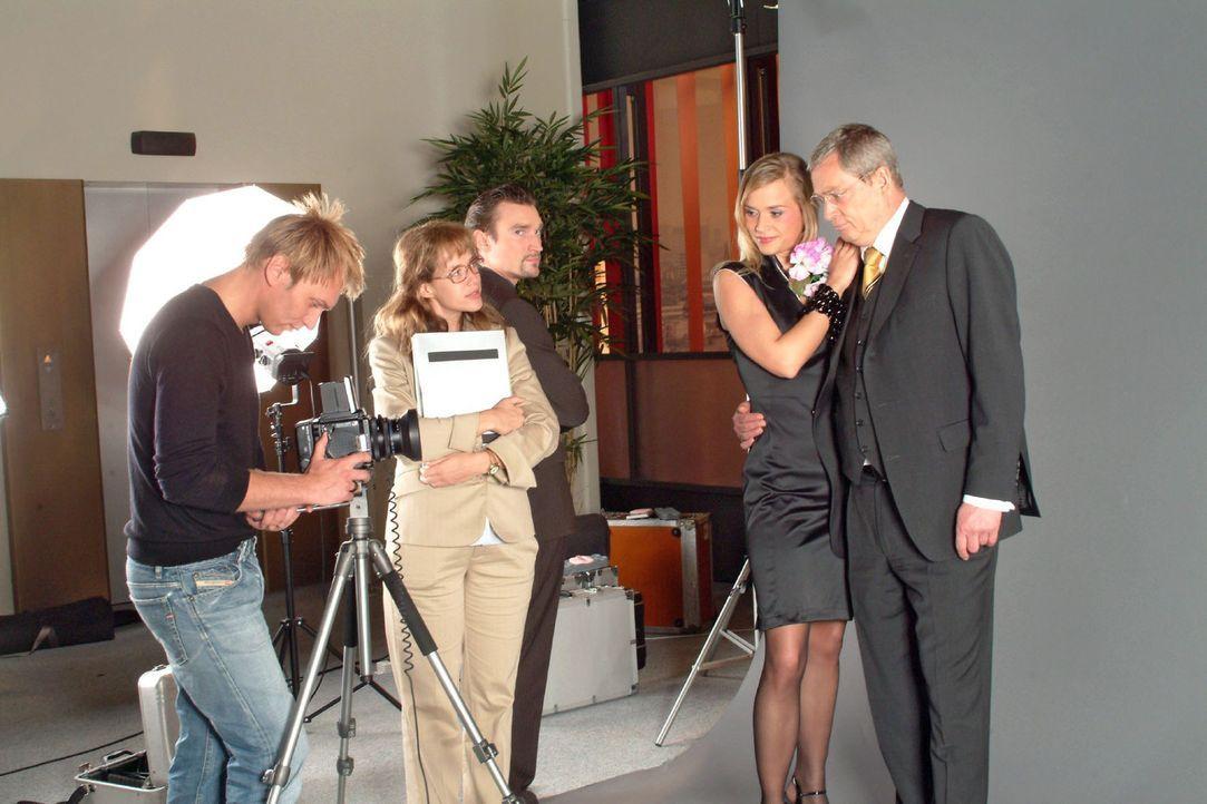 Um zu verhindern, dass David mit dem attraktiven Model ein Stelldichein hat, behauptet Lisa (Alexandra Neldel, 2.v.l.) kurzerhand, dass Verena (Anne... - Bildquelle: Sat.1