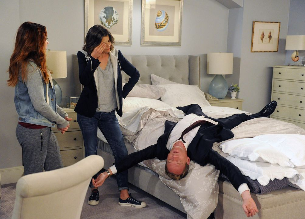 """Um die letzte geheime Zutat für das """"Stinson Hangover Fixer Elixir"""" zu bekommen, versuchen Lily (Alyson Hannigan, l.) und Robin (Cobie Smulders, M.)... - Bildquelle: 2014 Twentieth Century Fox Film Corporation. All rights reserved."""