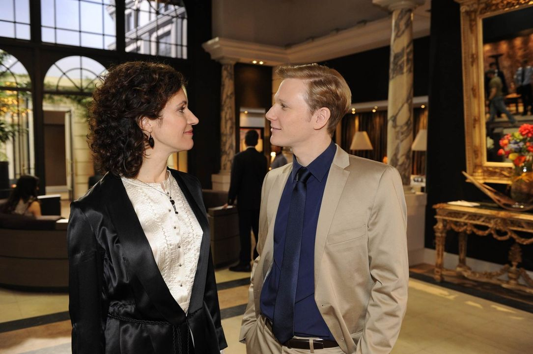 Philip (Philipp Romann, r.) stellt gegenüber Pilar (Justine Hirschfeld, l.) klar, dass er sie durchschaut hat ... - Bildquelle: SAT.1