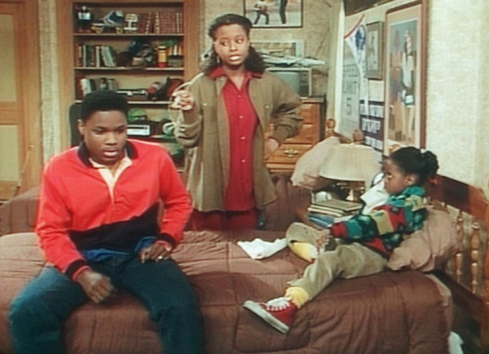 """Vanessa (Tempsett Bledsoe, M.) macht Theo (Malcolm-Jamal Warner) Vorhaltungen, weil er mit Rudy (Keshia Knight Pulliam, r.) """"Akrobaten"""" gespielt hat... - Bildquelle: Viacom"""