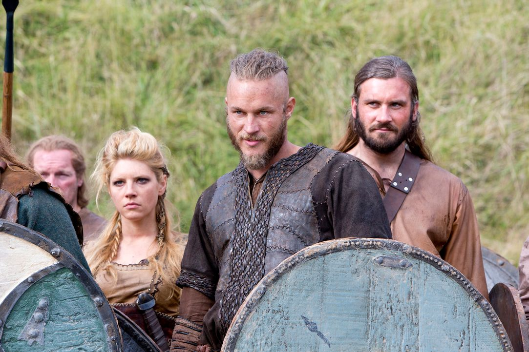 Aufgrund seiner neu gewonnenen Kenntnisse über das angelsächsische Leben hält Ragnar (Travis Fimmel, 2.v.r.), Ehefrau Lagertha (Katheryn Winnick, 3.... - Bildquelle: 2013 TM TELEVISION PRODUCTIONS LIMITED/T5 VIKINGS PRODUCTIONS INC. ALL RIGHTS RESERVED.