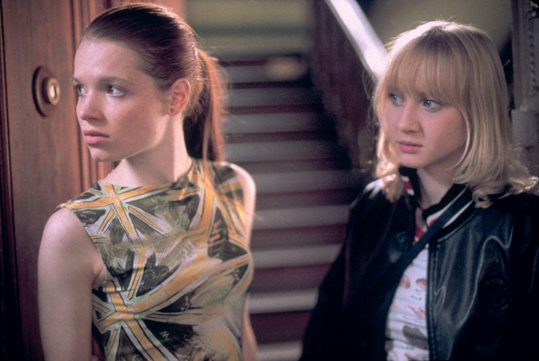Ihre jahrelange Freundschaft steht vor einer Zerreißprobe: Kati (Anna Maria Mühe, r.) und Steffi (Karoline Herfurth, l.) ... - Bildquelle: 2003 Sony Pictures Television International. All Rights Reserved.