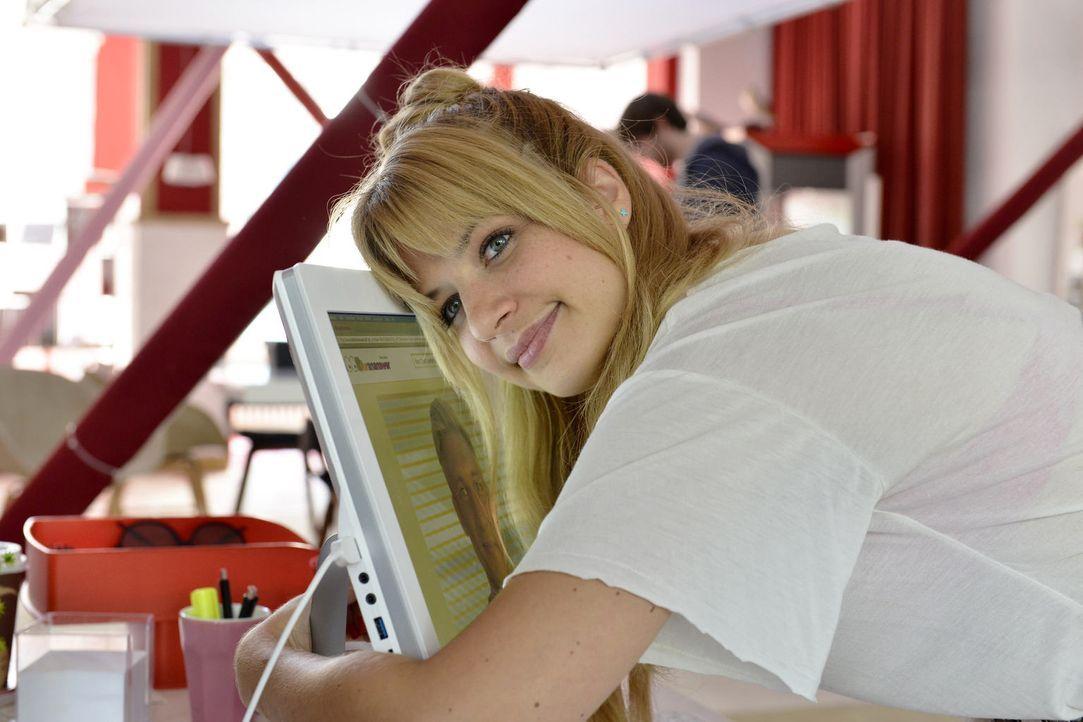 Glückliche Recherche: Mila (Susan Sideropoulos) hat es durch eine clevere Websuche tatsächlich geschafft, Marc zu finden ... - Bildquelle: Oliver Ziebe SAT.1