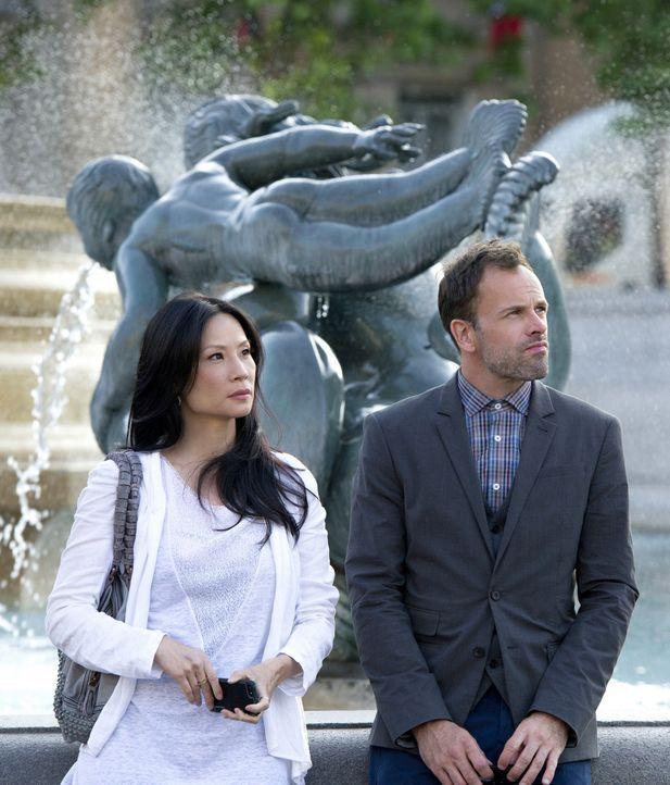 Ein neuer Fall wartet auf Sherlock Holmes (Jonny Lee Miller, r.) und Joan Watson (Lucy Liu, l.) ... - Bildquelle: CBS Television