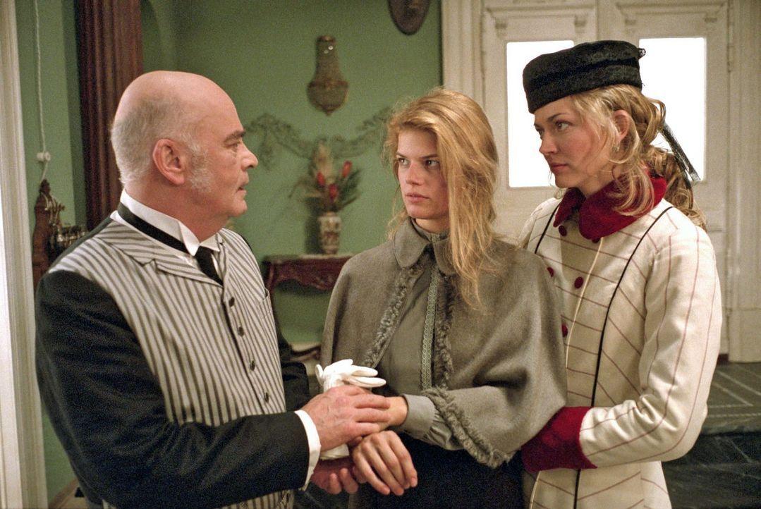 Friederike (Nina Bott, r.) und der Hausdiener Carl (Peer Jäger, l.) kümmern sich um die verletzte Anna (Annekathrin Bach, M.). - Bildquelle: Aki Pfeiffer Sat.1