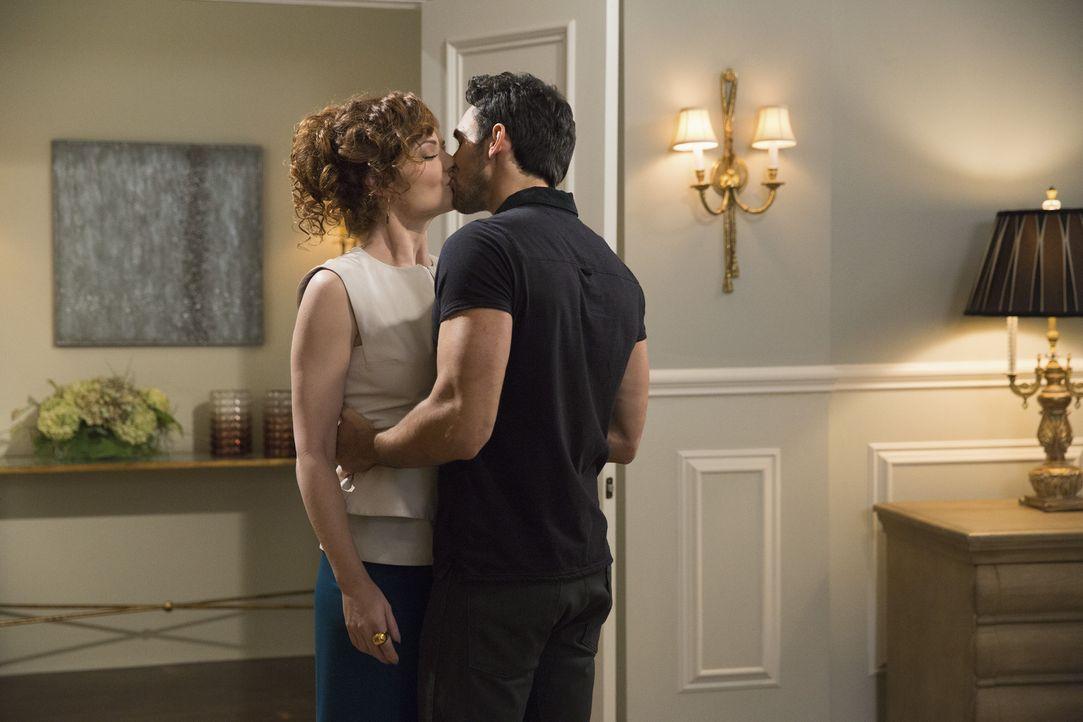 Tony (Dominic Adams, r.) zeigt Evelyn (Rebecca Wisocky, l.), wie sich ein richtiger Mann verhält - ganz zum Entsetzen der Hausherrin ... - Bildquelle: 2014 ABC Studios