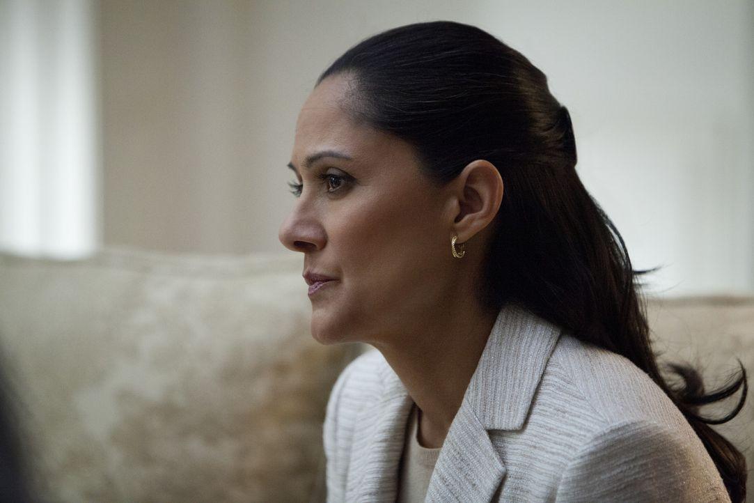 Die Stabschefin des Präsidenten Linda Vasquez (Sakina Jaffrey) hat bei einer Gesetzesabstimmung unentschuldigt gefehlt. Doch für das Scheitern der... - Bildquelle: 2013 MRC II Distribution Company L.P. All Rights Reserved.