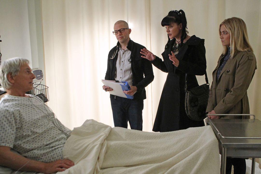 Abby (Pauley Perrette, 2.v.r.), Bishop (Emily Wickersham, r.) und Dr. Cyril Taft (Jon Cryer, 2.v.l.) sorgen sich um Gibbs (Mark Harmon, l.), der wäh... - Bildquelle: Sonja Flemming CBS Television