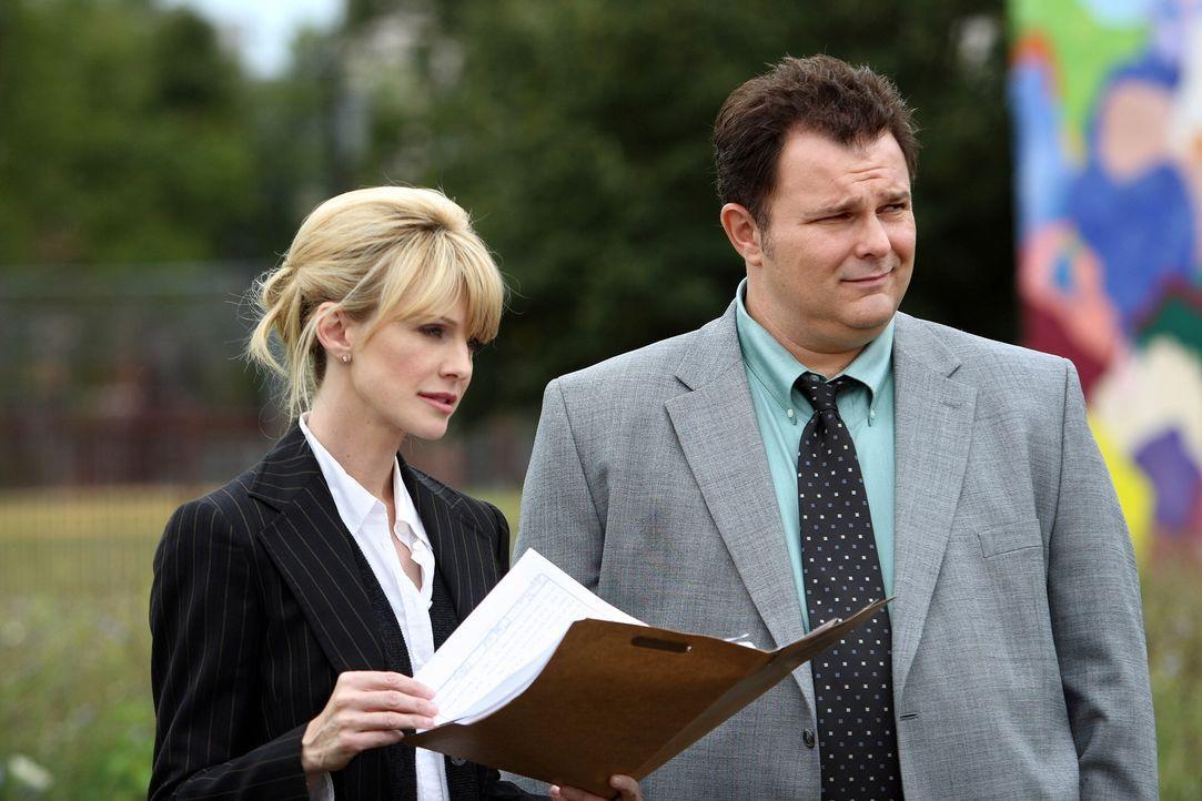 Beschäftigen sich mit einem noch ungelösten Mordfall: Lilly Rush (Kathryn Morris, l.) und Nick Vera (Jeremy Ratchford, r.) ... - Bildquelle: Warner Bros. Television
