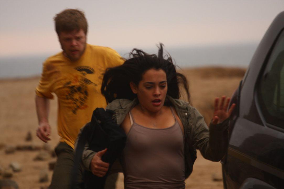 Können Gordon (Elden Henson, l.) und Maria (Natalie Martinez, r.) den Söldnern noch entkommen?
