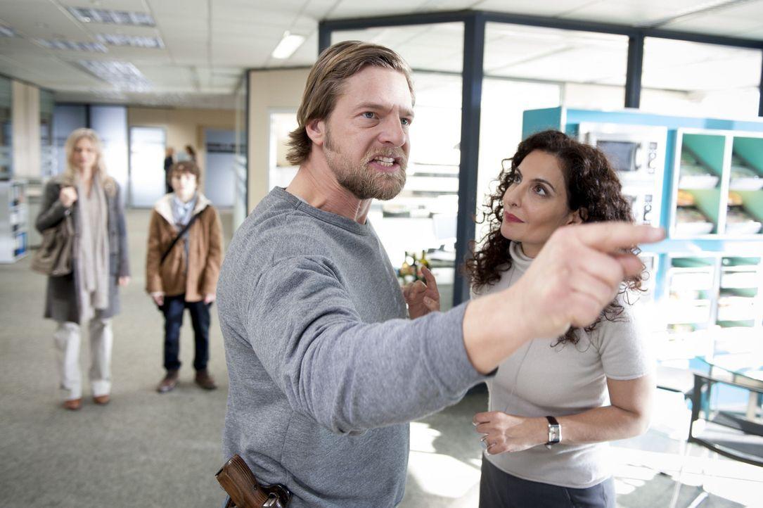 Ein  neuer Fall, bringt Mick (Henning Baum, vorne l.) in Rage, doch kann Tanja (Proschat Madani, vorne r.) ihn beruhigen, bevor er was Unüberlegtes... - Bildquelle: Martin Rottenkolber SAT.1