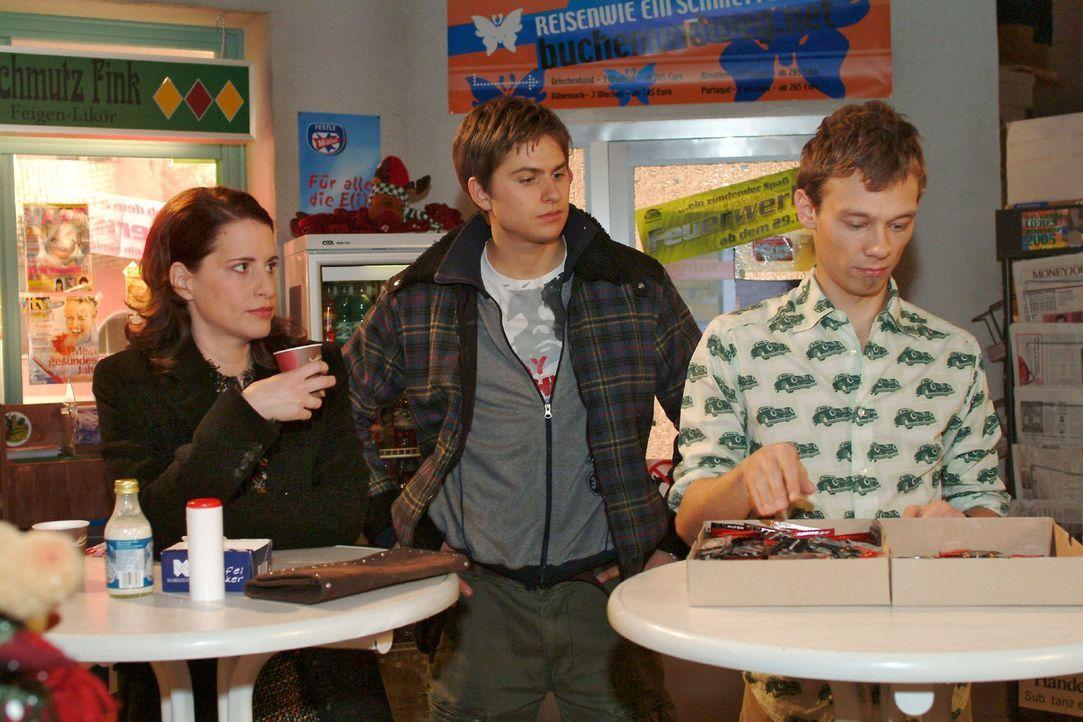 Timo (Matthias Dietrich, M.), der einen freien Tag hat, ist von Jürgens (Oliver Bokern, r.) und Inkas (Stefanie Höner, l.) Arbeitswut genervt.