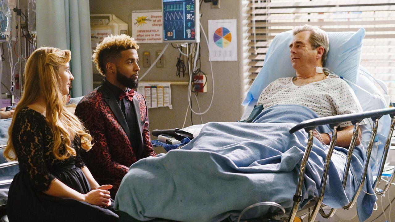 Mia (Emily Bridges, l.) hatte keinen anderen Ausweg mehr gesehen, als Footballspieler Odell Beckham Jr. (Odell Beckham Jr., M.) ins Krankenhaus zu h... - Bildquelle: 2016 ABC Studios. All rights reserved.