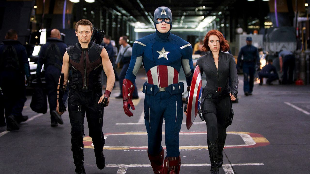 "Jeremy Renner und Chris Evans in ""The Avengers"" - Bildquelle: 2011 MVLFFLLC TM & 2011 Marvel"
