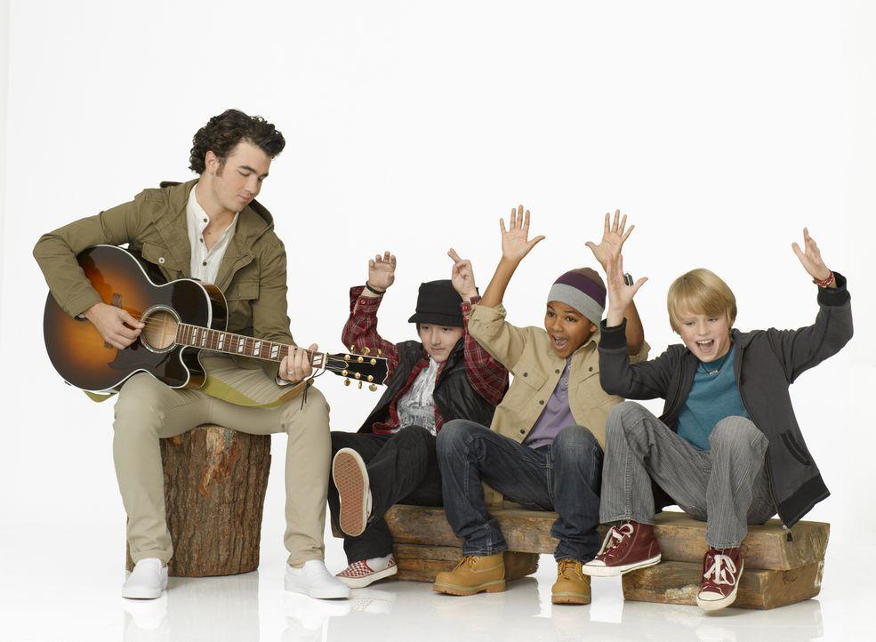 (v.l.n.r.) Jason (Kevin Jonas) hat einen Heidenspaß mit den drei musikalischen Lausbuben Trevor (Frankie Jonas), Jamal (Shemar Charles) und Gage (Ch... - Bildquelle: Disney
