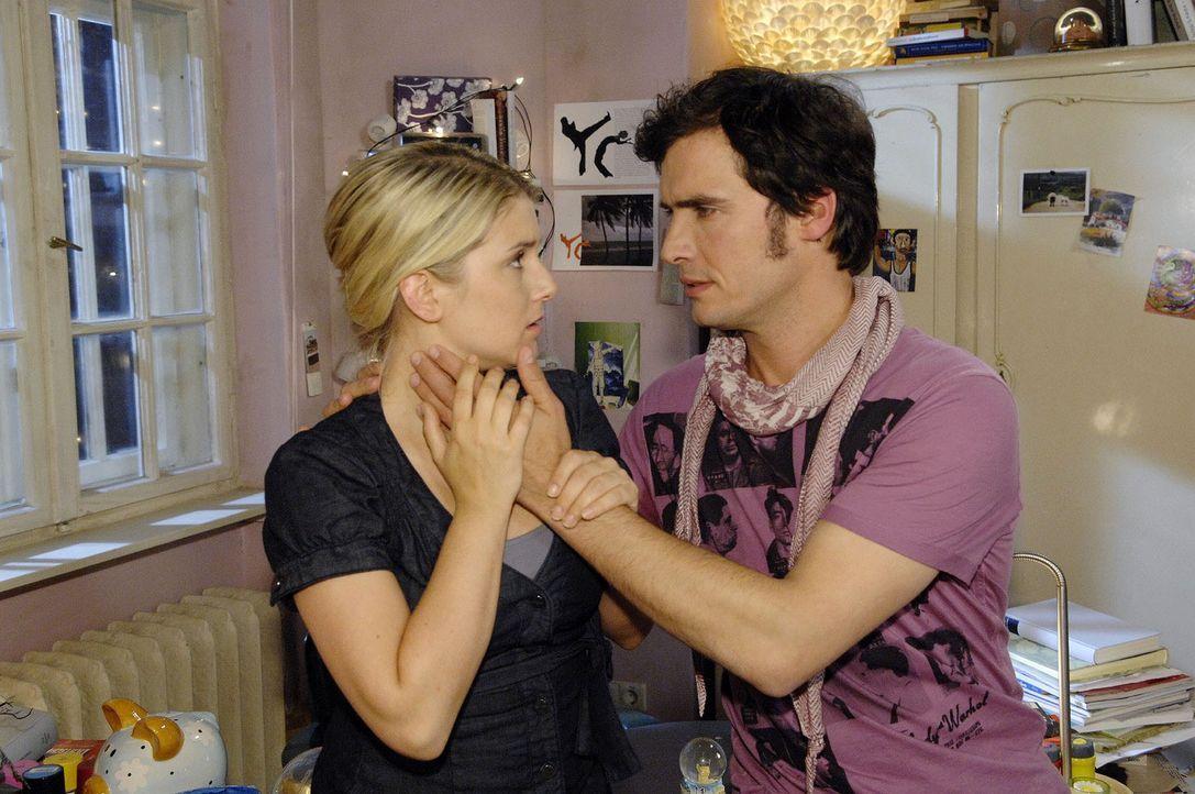 Anna (Jeanette Biedermann, l.) kann sich nicht auf eine Beziehung mit Alexander (Paul T. Grasshoff, r.) einlassen und schlägt ihm vor, Freunde zu b... - Bildquelle: Sat.1