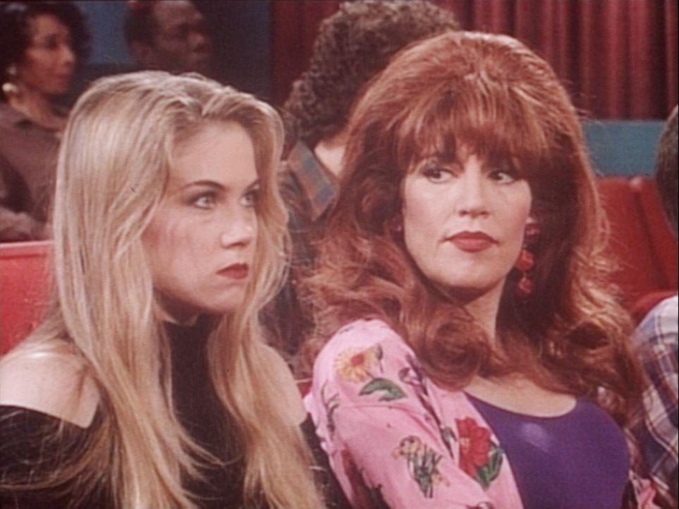 Kelly (Christina Applegate, l.) ist sauer, weil ihr Freund sie betrügt. Also lässt sie sich von Peggy (Katey Sagal, r.) einige Tipps geben. - Bildquelle: Columbia Pictures