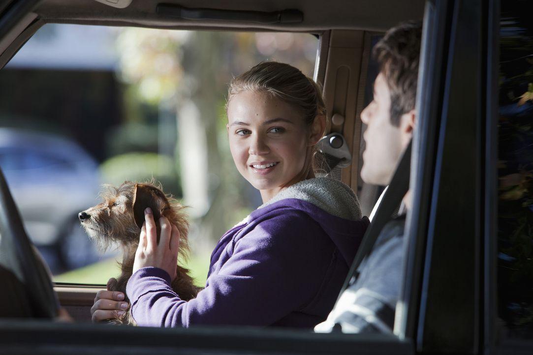 Max (Joshua Bowman , r.) und Payson (Ayla Kell, l.) haben beim Joggen einen kleinen Hund gefunden, den sie nur zu gerne behalten würden ... - Bildquelle: 2010 Disney Enterprises, Inc. All rights reserved.