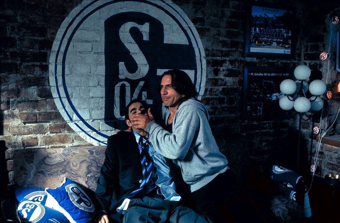 Um Hans Haus zu retten, gibt es nur noch eine Möglichkeit: Sie müssen Dios (Oskar Ortega-Sanchez, l.) entführen ... - Bildquelle: Seven Pictures