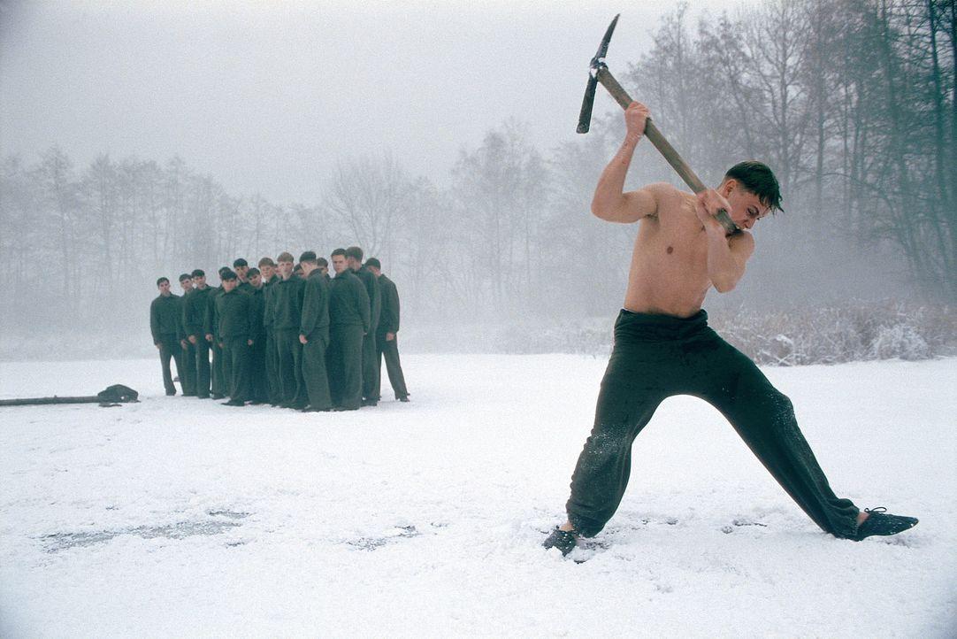 Am nächsten Morgen müssen Friedrich (Max Riemelt) und die Jungen nackt bis auf die Unterhose durch einen eiskalten, überfrorenen See tauchen. Alb... - Bildquelle: Constantin Film