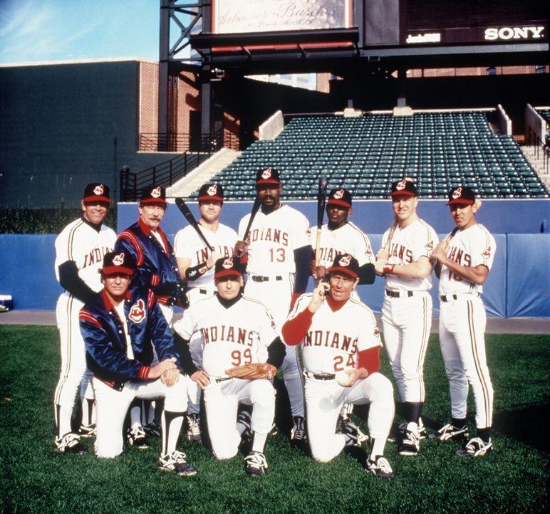 Für die Cleveland Indians und ihre Stars Rick Vaughn (Charlie Sheen, M. vorne), Taylor (Tom Berenger, l. vorne) und Roger Dorn (Corbin Bernsen, r.... - Bildquelle: Warner Bros.