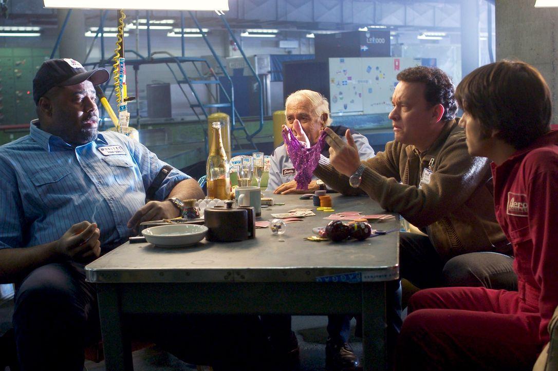 Um sich die Zeit etwas zu verschönern, schließt Viktor (Tom Hanks, 2.v.r.) Freundschaften mit dem Personal (Chi McBride, l., Kumar Pallana, 2.v.l. u... - Bildquelle: Merrick Morton DreamWorks Distribution LLC