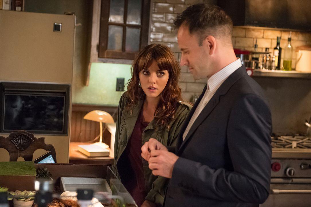 Holmes (Jonny Lee Miller, r.) und Kitty (Ophelia Lovibond, l.) ermitteln im Mordfall an einem Paketladen-Besitzer, dessen Tod Verbindungen zum illeg... - Bildquelle: CBS Television
