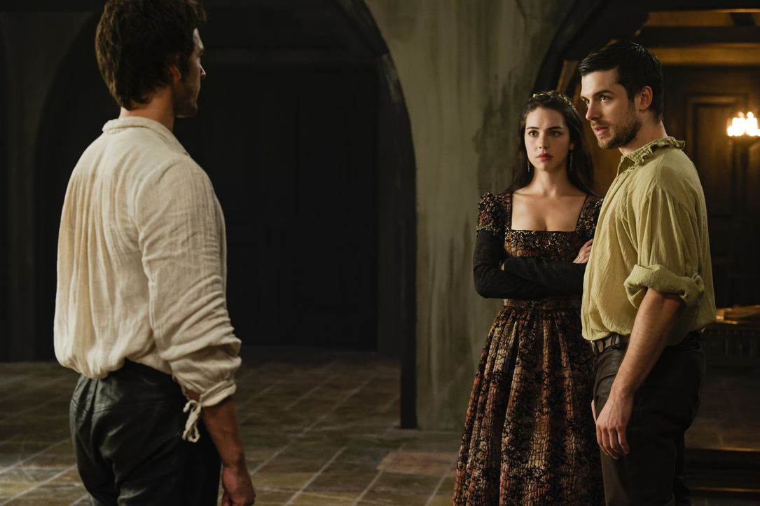 Lord Darnley (Will Kemp, l.) muss sich vor seiner Verlobten Königin Mary (Adelaide Kane, M.) und ihrem Bruder James (Dan Jeannotte, r.) beweisen ... - Bildquelle: Ben Mark Holzberg Ben Mark Holzberg/The CW -   2017 The CW Network, LLC. All Rights Reserved.