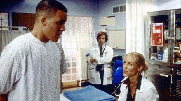 Die attraktive Ärztin Del Amico (Maria Bello, r.) steht vor einem unerwartete...
