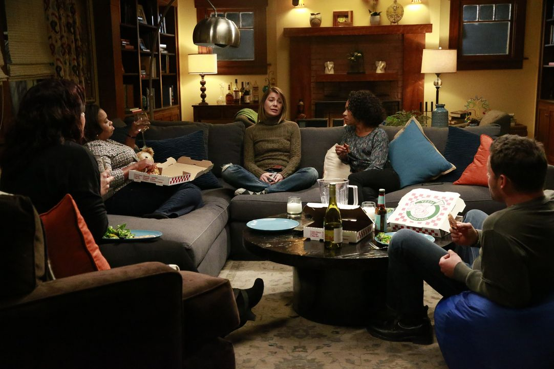 Callie (Sara Ramirez, l.), Maggie (Kelly McCreary, 2.v.r.), Bailey (Chandra Wilson, 2.v.l.) und Alex (Justin Chambers, r.) kümmern sich um Meredith... - Bildquelle: Michael Hassan ABC Studios