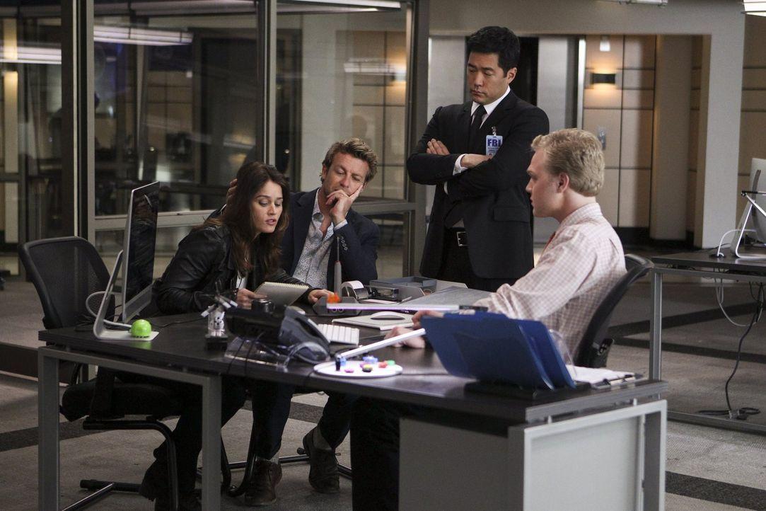 Teambesprechung: Lisbon (Robin Tunney, l.), Jane (Simon Baker, 2.v.l.), Cho (Tim Kang, 2.v.r.) und Wiley (Joe Adler, r.) überlegen, wie sie den Mens... - Bildquelle: Warner Bros. Television