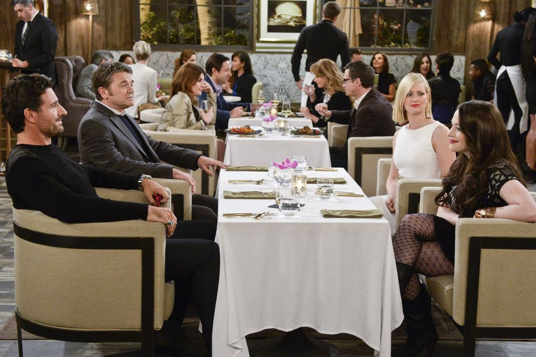 Nachdem Caroline (Beth Behrs, 2.v.r.) in L.A. die Rechte für die Verfilmung ihrer Lebensgeschichte verkauft hat, muss sie beim Dinner entsetzt mitan... - Bildquelle: 2016 Warner Brothers