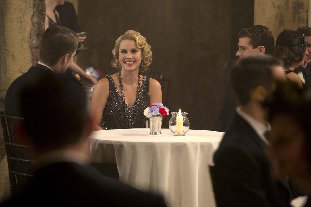 Wie wird Rebekah (Claire Holt, M.) reagieren, wenn sie erfährt, wer den mächtigen Hexer nach New Orleans brachte? - Bildquelle: Warner Bros. Television