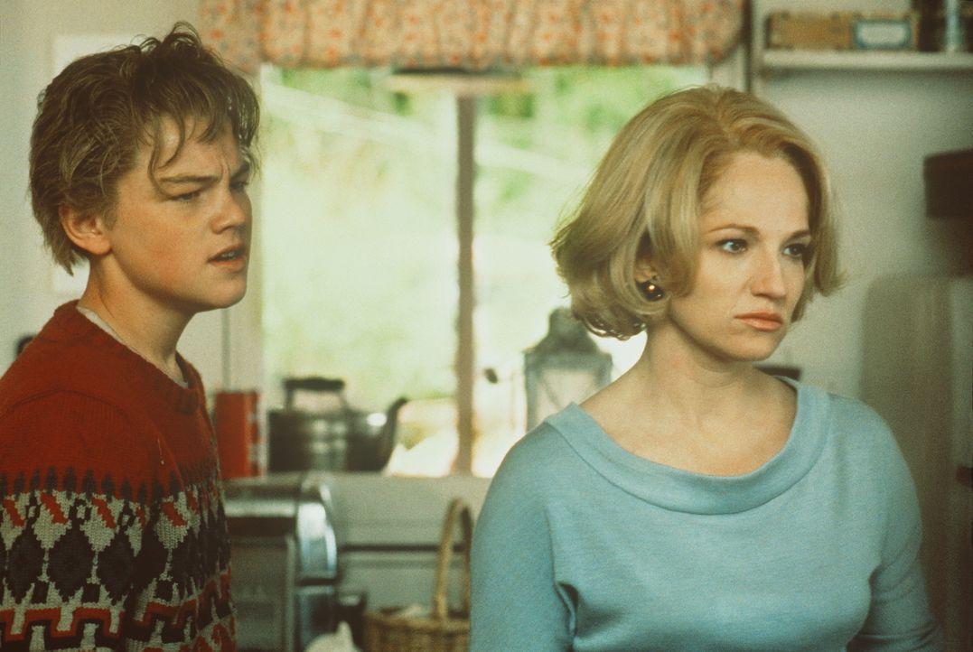 Toby (Leonardo DiCaprio, l.) macht seiner Mutter Caroline (Ellen Barkin, r.) Vorwürfe, den brutalen Dwight Hansen je geheiratet zu haben ... - Bildquelle: Warner Bros.
