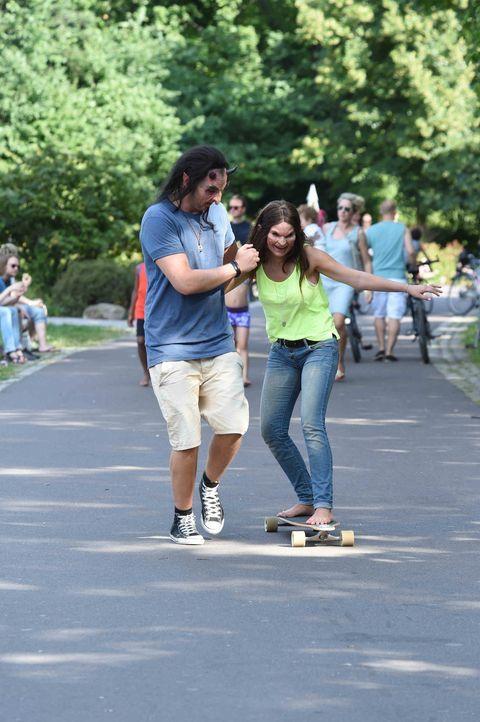 Bei den ersten Skateboard-Versuchen kommen sich Marvin (l.) und Conny (r.) etwas näher ... - Bildquelle: Andre Kowalski sixx