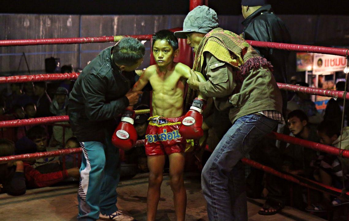 Für Ruhm und ein wenig Geld schicken thailändische Eltern ihre Kinder in den Box-Ring. Nicht immer bleibt das für die kleinen Körper folgenlos ... - Bildquelle: Quicksilver Media 2012