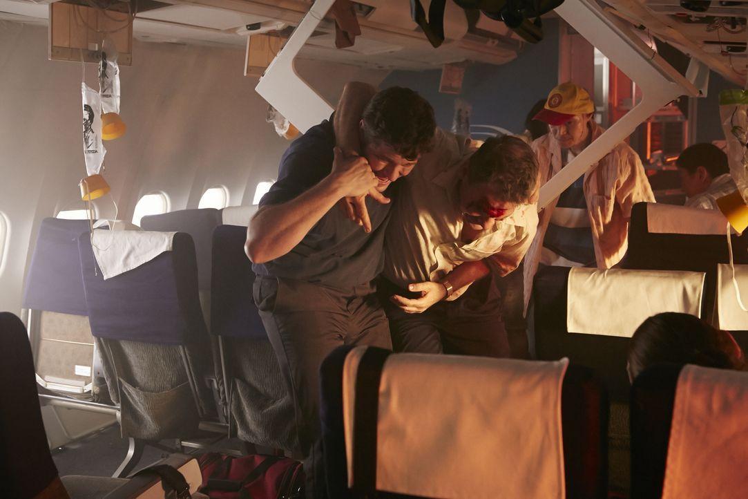 Auf ihrem Flug von Jakarta nach Yogyakarta verläuft eigentlich alles nach Plan, doch als der Garuda Flug 200 landen will, setzt das Flugzeug so hart... - Bildquelle: Ian Watson Cineflix 2015