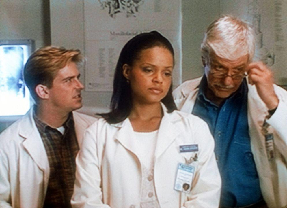 Jesse (Charlie Schlatter, l.), Amanda (Victoria Rowell, M.) und Mark (Dick Van Dyke, r.) stehen entsetzt vor einer verstümmelten Leiche. - Bildquelle: Viacom