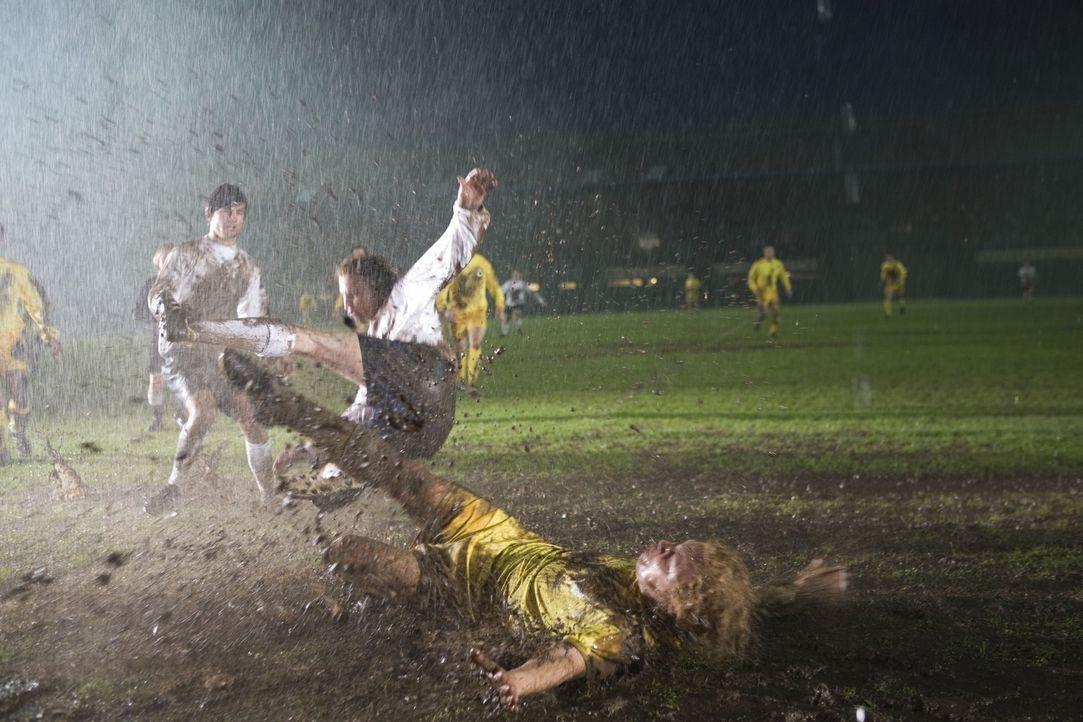 Im harten Fußballkampf können Interessen und Emotionen Einzelner ein ganzes Team zerstören: Billy Bremner (Stephen Graham, r.) ... - Bildquelle: Sony Pictures Television Inc. All Rights Reserved.