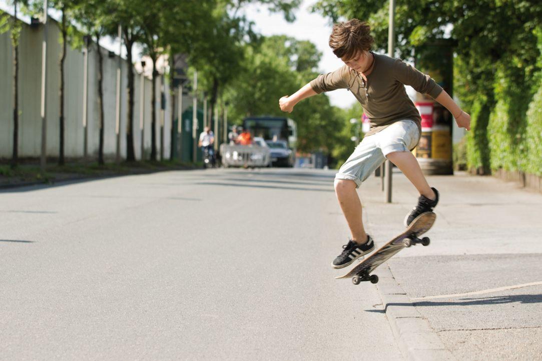 Gemeinsam mit seinen Freunden feiert Hannes (Nick Romeo Reimann) nicht nur seinen 13. Geburtstag, sondern auch die Aussicht auf einen tollen Sommer,... - Bildquelle: Constantin Film Verleih GmbH.