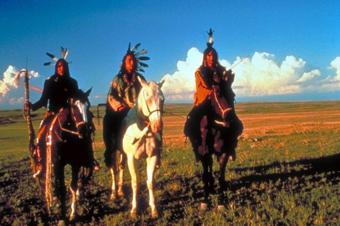 Die imposante Erscheinung der Sioux und ihres Häuptlings 'Strampelnder Vogel' (Graham Greene, M.) beeindruckt den Offizier der Nordstaatenarm... - Bildquelle: Orion Pictures Corporation