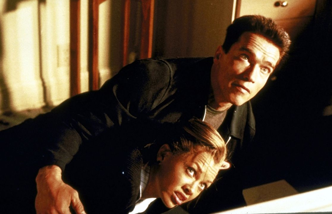 Seit ihrer Aussage schwebt Lee (Vanessa Williams, l.) in höchster Lebensgefahr - bis John (Arnold Schwarzenegger, r.) sich ihrer annimmt ... - Bildquelle: Warner Brothers International Television Distribution Inc.