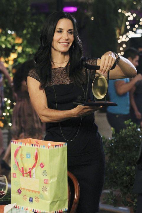 Jules (Courteney Cox) wird 42! Das bedeutet für ihre Freunde: krampfhaft Geschenke kaufen. Denn Jules veranstaltet zu ihren Geburtstagen für gewö... - Bildquelle: 2010 ABC INC.