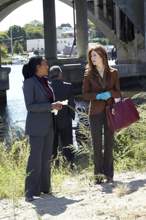 Stehen vor einem schwierigen Fall, denn Auf einem Feldweg wurden eine Hand und ein Fuß einer zerstückelten Leiche gefunden: Megan (Dana Delany, r.)... - Bildquelle: ABC Studios