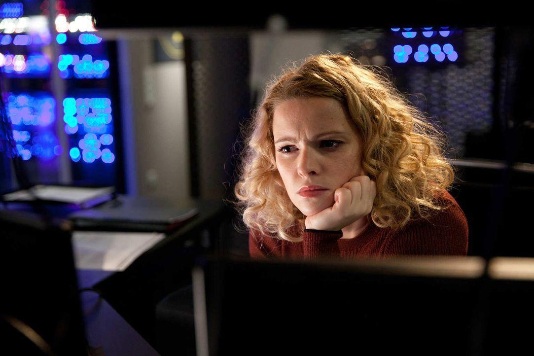 Die erfolgreiche Cyber-Agentin beim BND, Klara (Jennifer Ulrich), setzt hemmungslos all ihre erworbenen Kenntnisse und das gesamte Equipment des BND... - Bildquelle: Maor Waisburd SAT.1