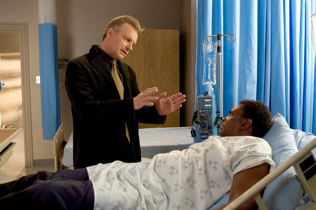 Eric (Stephen Collins, l.) besucht Stanley Sundy (Keith David, r.) im Krankenhaus. Der versucht Eric dazu zu bringen, ihm Alkohol und Zigaretten zu... - Bildquelle: The WB Television Network