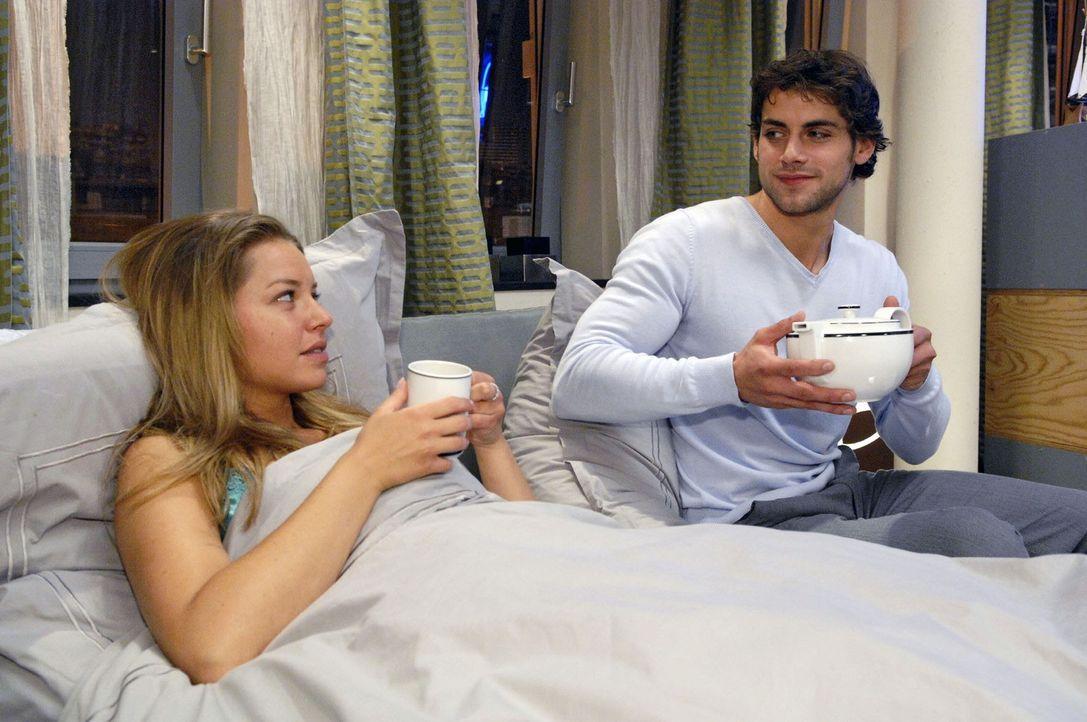 Jonas (Roy Peter Link, r.) kümmert sich um Katja (Karolina Lodyga), die eine plötzliche Übelkeit überkommen hat. - Bildquelle: Sat.1