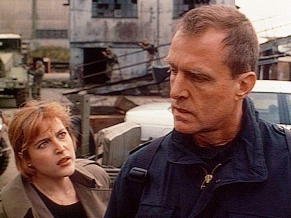 Scully (Gillian Anderson, l.) versucht Colonel Henderson (Marshall Bell, r.) davon zu überzeugen, dass die gewaltsame Erstürmung des Lagerhauses n... - Bildquelle: TM +   Twentieth Century Fox Film Corporation. All Rights Reserved.